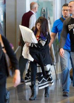 03b78a171148947 Selena Gomez is Cute With Her Pillow @ LAx 1/21/12