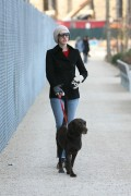 Энн Хэтэуэй, фото 5929. Anne Hathaway 'Walking her dog in Brooklyn', february 5, foto 5929