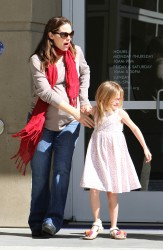 Дженнифер Гарнэр, фото 8438. Jennifer Garner takes her daughters to a public library, Santa Monica, february 23, foto 8438