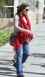 Дженнифер Гарнэр, фото 8445. Jennifer Garner takes her daughters to a public library, Santa Monica, february 23, foto 8445