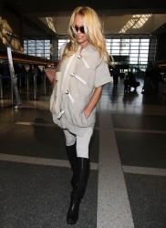 Памела Андерсон, фото 4967. Pamela Anderson makes her way through the LAX airport Los Angeles, february 28, foto 4967
