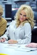 Памела Андерсон, фото 4980. Pamela Anderson signs autographs at Lugner City in Vienna, Austria, March 5, foto 4980